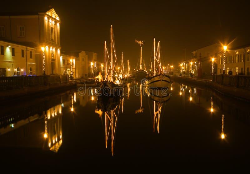 被迷惑的大气在晚上在切塞纳蒂科的历史的中心有圣诞节诞生场面的在小船 免版税库存图片