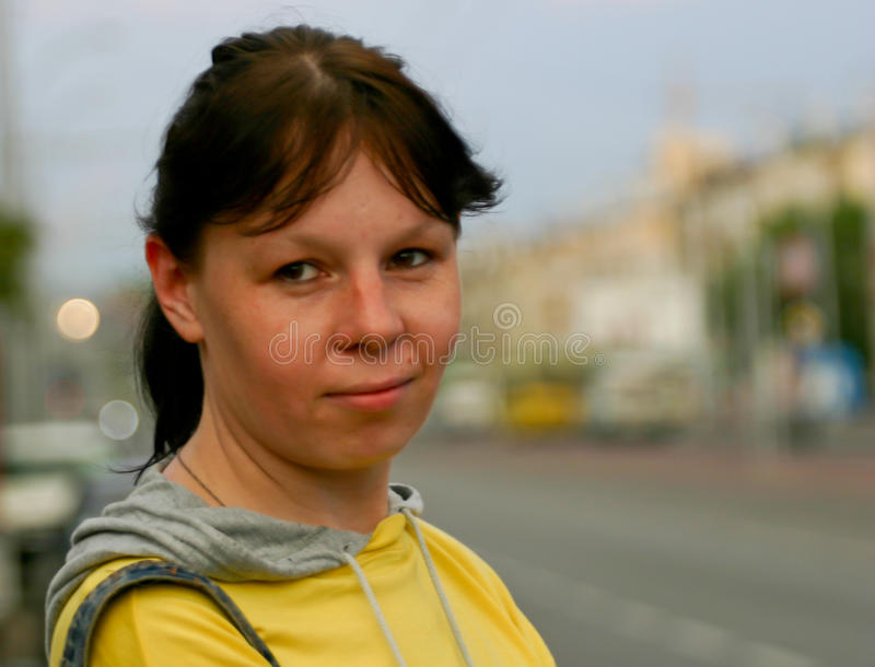 被迷惑的女孩在镇里 免版税库存照片