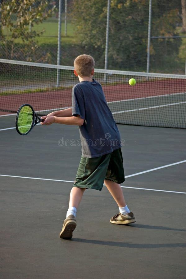 被递的反手打青少年的网球二 免版税库存图片