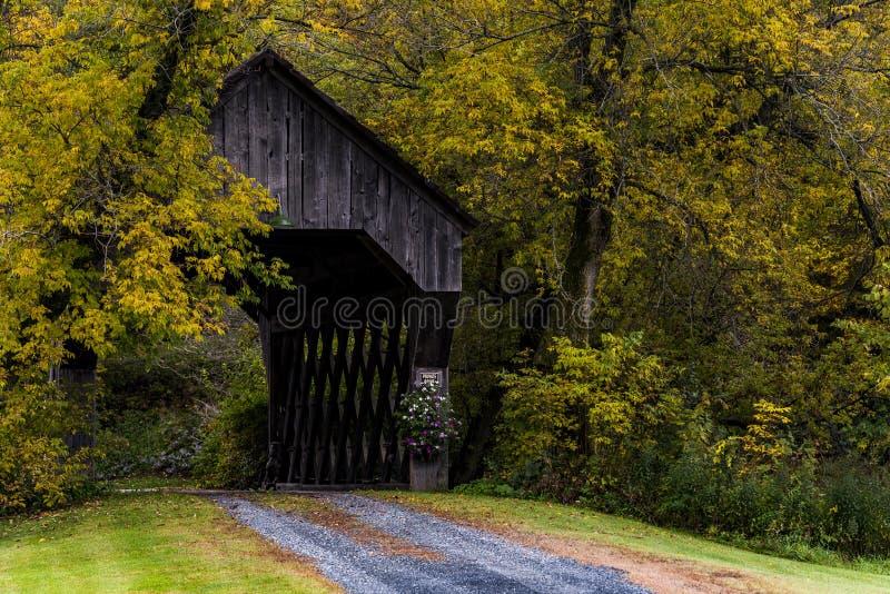 被遮盖的桥和绕石渣路-秋天/秋天-佛蒙特 免版税库存图片