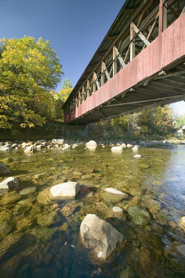 被遮盖的桥在克劳福德山谷,新罕布什尔,新英格兰附近的秋天 库存照片