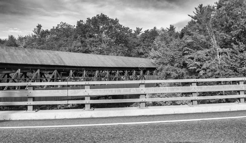 被遮盖的桥在叶子季节期间的新英格兰 免版税库存图片