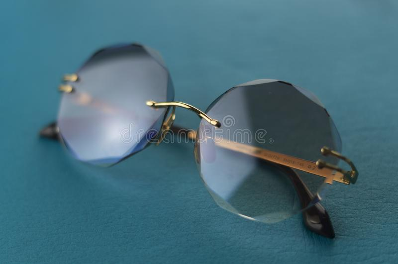 被采取的一个在背景蓝色太阳镜 免版税库存照片