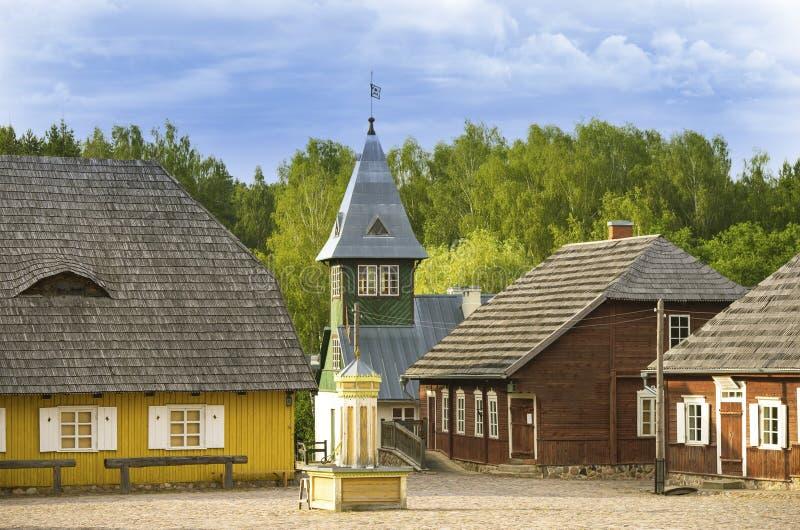 被重建的老立陶宛城市大广场,消防队钟楼,超级市场和其他大厦 免版税库存图片