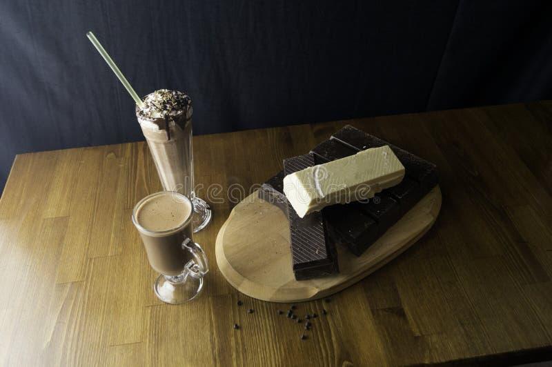 被铸造的巧克力准备在桌和牛奶饮料 库存图片