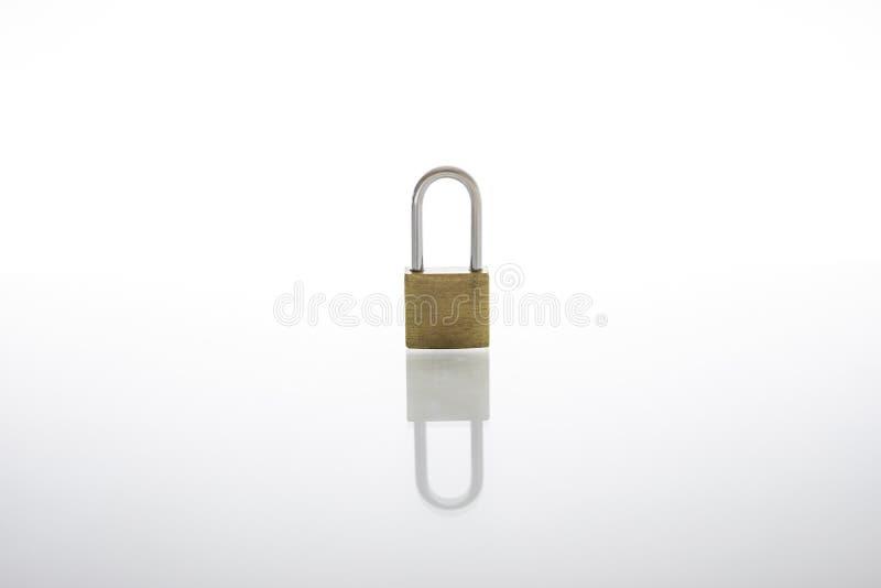 被锁的挂锁当安全或保密性概念,隔绝在与反射的白色背景 库存图片