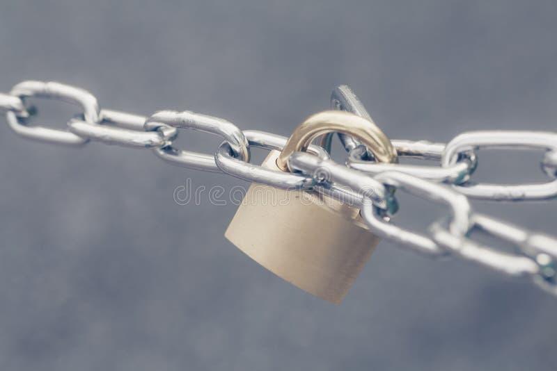 被锁的金属关键锁 免版税库存图片