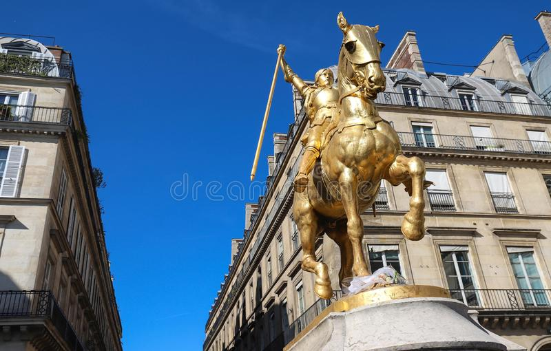 被镀金的古铜色骑马雕象1874,描述圣徒珍妮d弧圣贞德 金字塔广场,巴黎 免版税库存图片