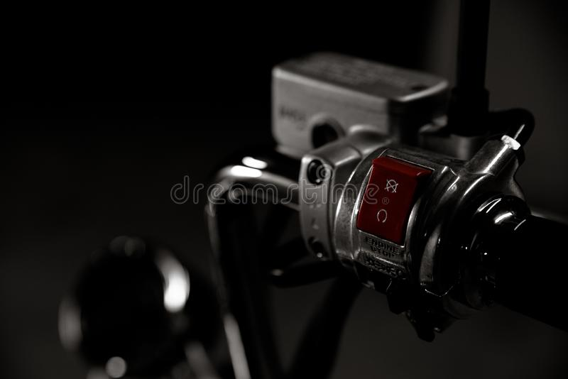 被镀铬的砍刀自行车handebar细节起始者,刹车的油杯黑白葡萄酒照片,有柔光和反射的 免版税库存照片