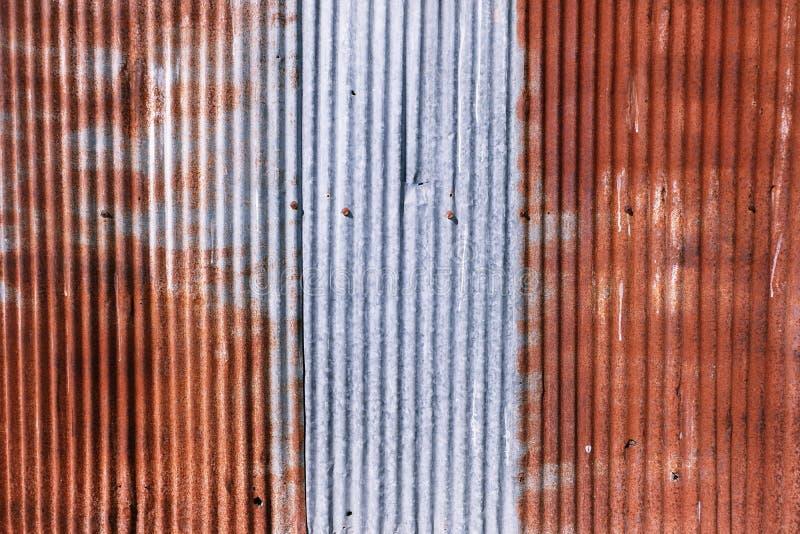 被镀锌的老生锈 wheathered铁锈和被抓的钢纹理波状钢房屋板壁葡萄酒背景 免版税库存照片