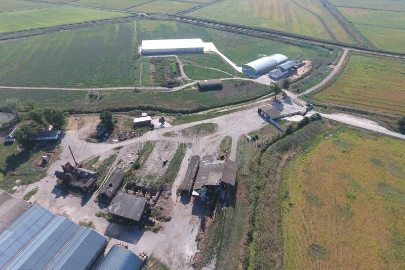 被镀锌的金属板飞机棚农业PR存贮的  免版税库存照片