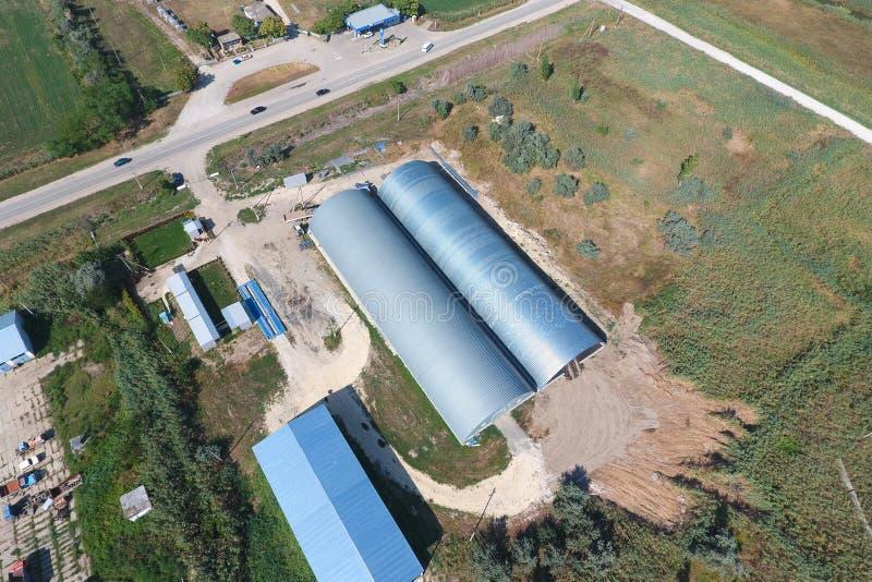 被镀锌的金属板飞机棚农产品存贮的  库存图片