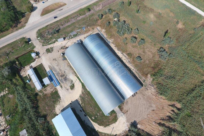 被镀锌的金属板飞机棚农产品存贮的  图库摄影