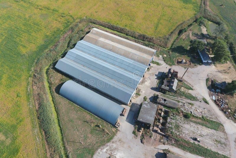 被镀锌的金属板飞机棚农产品存贮的  免版税图库摄影