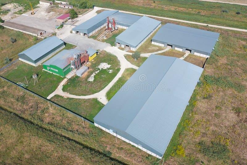 被镀锌的金属板飞机棚农产品存贮的  免版税库存图片