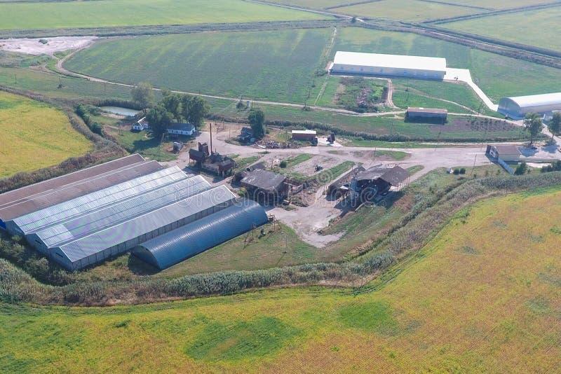 被镀锌的金属板飞机棚农产品存贮的  免版税库存照片