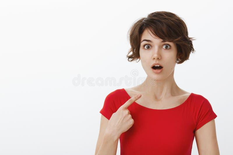 ?? 被问的惊奇的女孩不可能相信将choisen指向缺乏信心的下落下颌喘气的凝视照相机 免版税库存图片