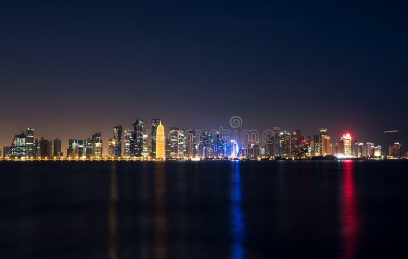 被阐明的多哈市地平线夜视图 库存图片