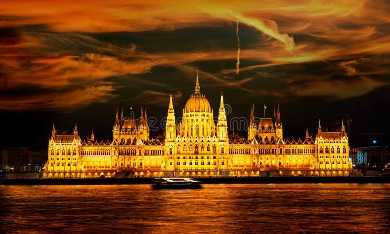 被阐明的布达佩斯议会 库存图片