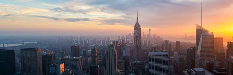 被阐明的帝国状态和纽约的地平线在晚上 免版税库存图片