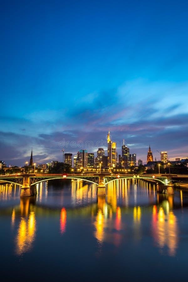 被阐明的法兰克福地平线的垂直的图象在晚上 免版税图库摄影