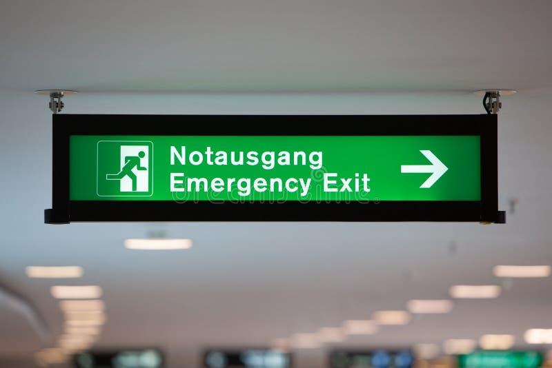 被阐明的绿色紧急出口标志 库存照片