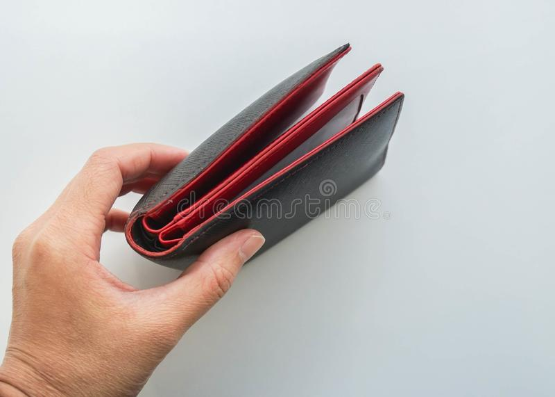 被隔绝的人民拿着在左手的皮革金钱钱包票据付款的 免版税库存照片
