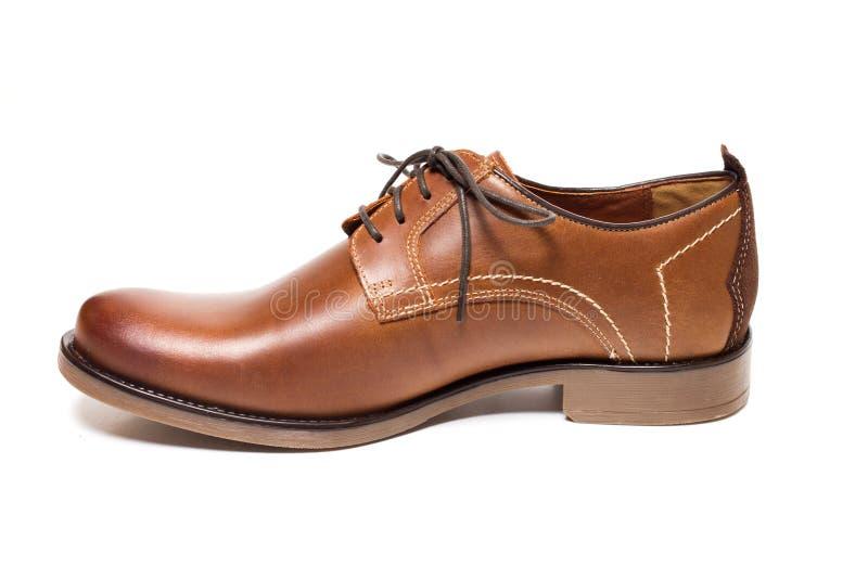 被隔绝的人的经典棕色皮鞋 免版税库存图片