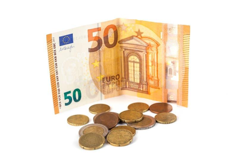 被隔绝的堆欧洲钞票和硬币 50欧元banknot 免版税库存图片