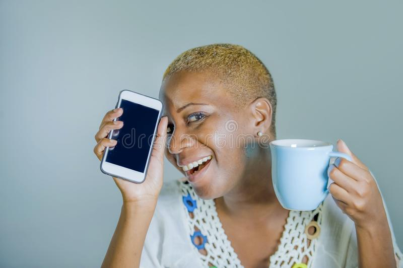 被隔绝的年轻可爱和愉快的黑人美国黑人的妇女ho 免版税库存照片