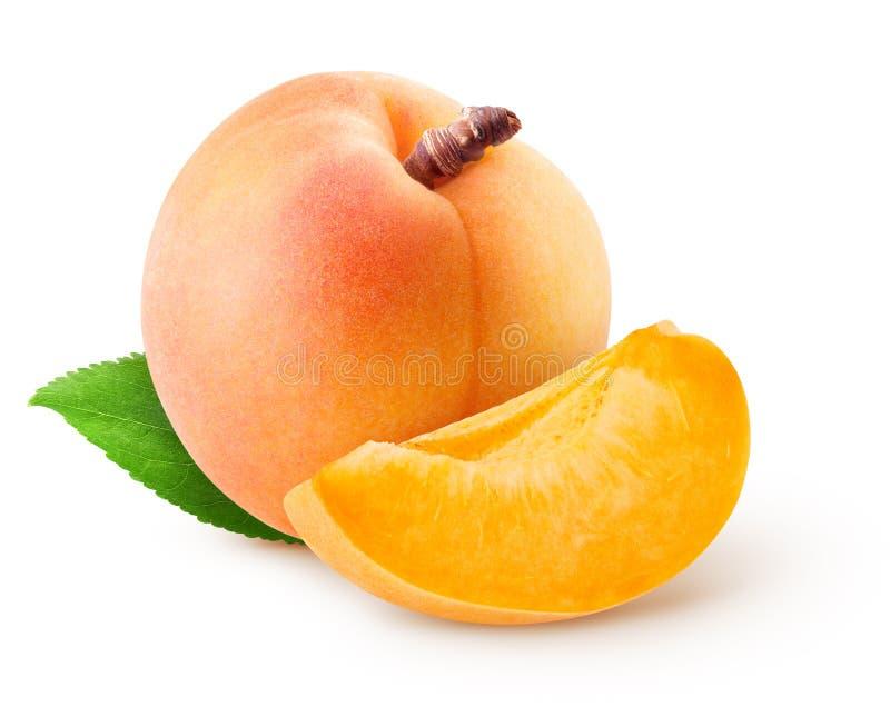 被隔绝的杏子 整个杏子果子和片断与在白色背景隔绝的叶子与裁减路线 免版税库存照片