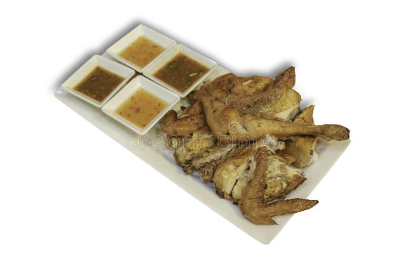 被隔绝的烤鸡用在盘的香料在与裁减路线的白色背景 免版税图库摄影