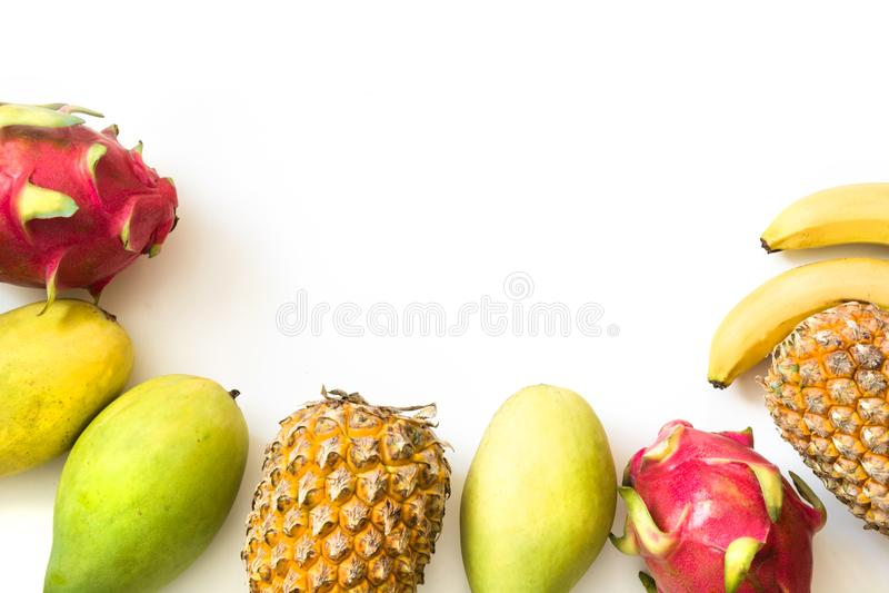 被隔绝的热带水果 菠萝、香蕉、在白色和芒果隔绝的龙果子 顶视图 免版税库存照片