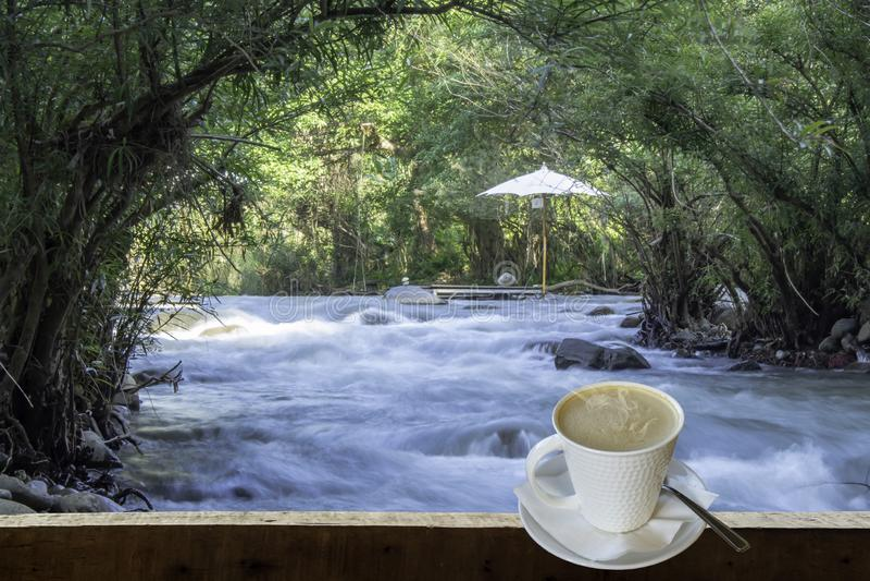 被隔绝的热的咖啡投入了白色玻璃与一个偶然断裂的为 库存照片