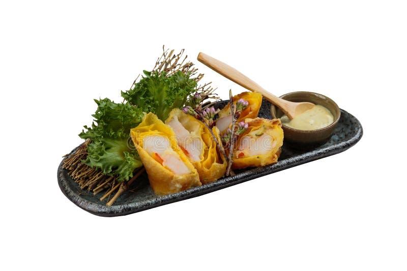 被隔绝的煎蛋卷套可儿螃蟹棍子服务与莴苣和山葵在灰色石板材的色拉调味品 免版税库存照片