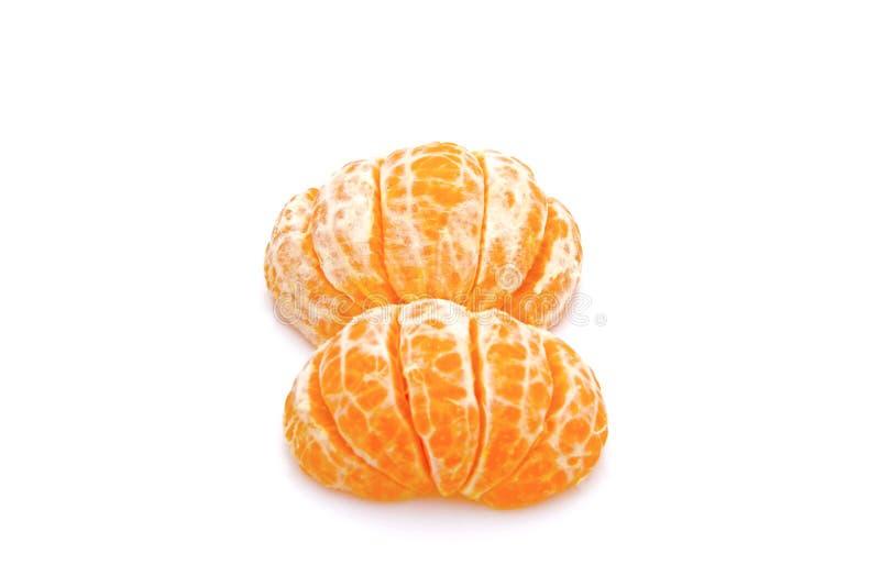 被隔绝的蜜桔 在与夹子的白色背景隔绝的整个蜜桔或柑桔果子和被剥皮的段的收藏 库存图片
