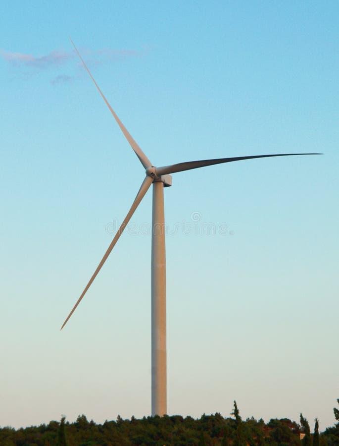 被隔绝的风轮机在小山顶部 库存图片