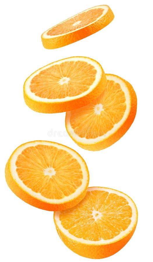 被隔绝的飞行的桔子 在与裁减路线的白色背景隔绝的落的切的橙色果子 免版税库存照片