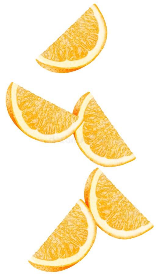 被隔绝的飞行的桔子 在与裁减路线的白色背景隔绝的落的橙色片断 图库摄影
