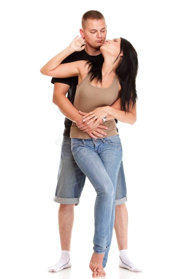 被隔绝的一对美好的年轻愉快的微笑的夫妇的画象 免版税库存照片
