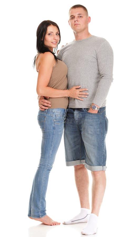 被隔绝的一对美好的年轻愉快的微笑的夫妇的画象 免版税库存图片
