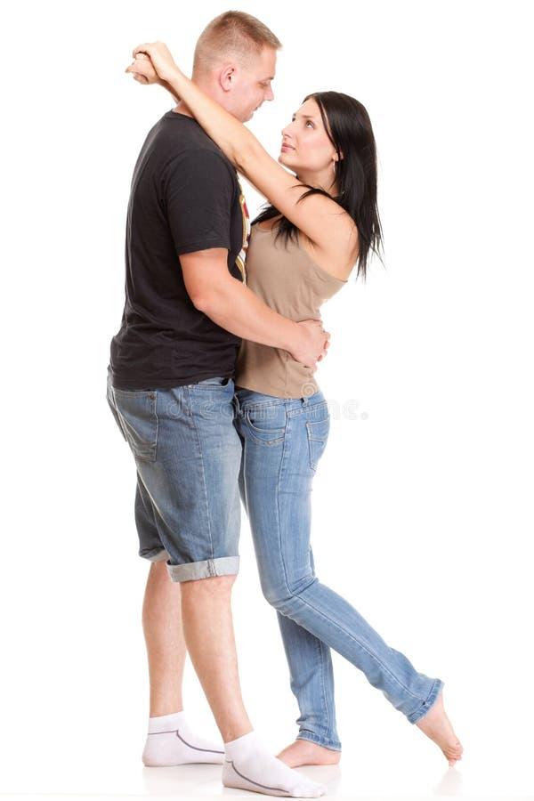 被隔绝的一对美好的年轻愉快的微笑的夫妇的画象 图库摄影