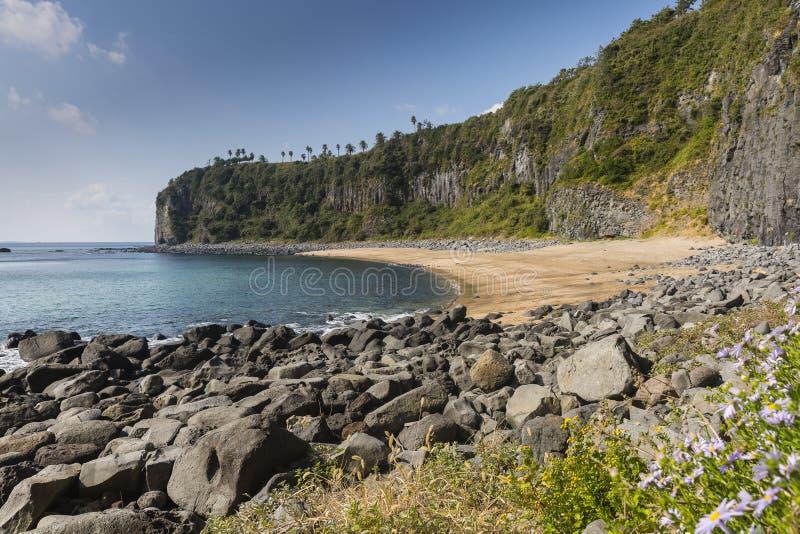 被隔离的和使荒凉的海滩 免版税库存图片