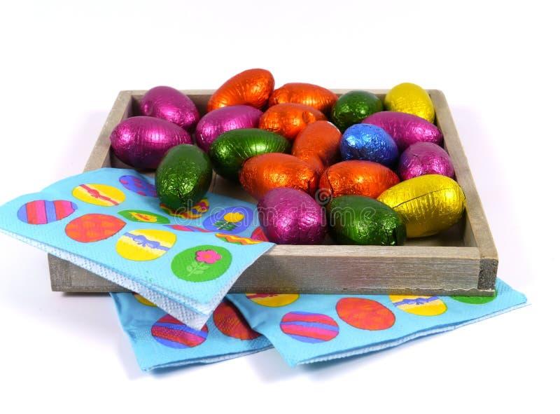 被隔绝的复活节朱古力蛋和餐巾 免版税库存照片