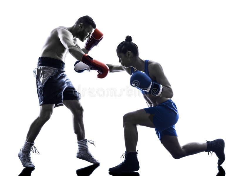 被隔绝的妇女拳击手拳击人kickboxing的剪影 免版税库存照片