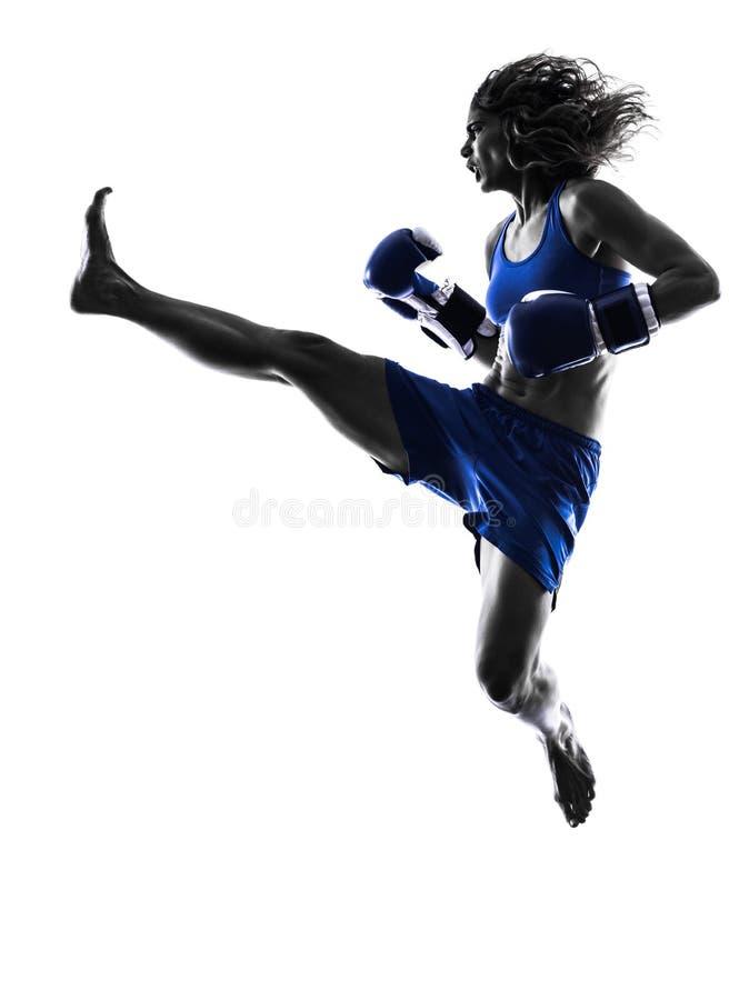 被隔绝的妇女拳击手拳击kickboxing的剪影 库存图片