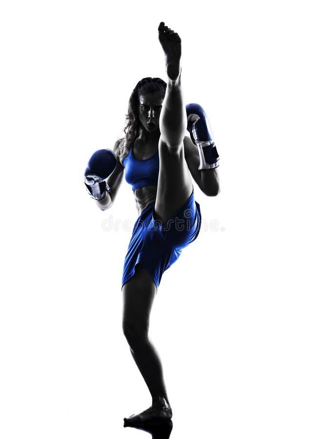 被隔绝的妇女拳击手拳击kickboxing的剪影 免版税库存图片