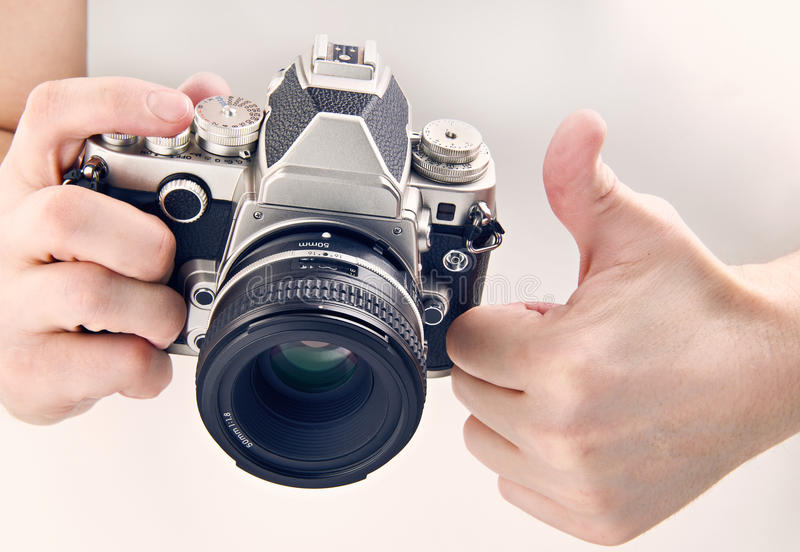 被隔绝的姿态赞许和减速火箭的SLR照相机 免版税库存照片