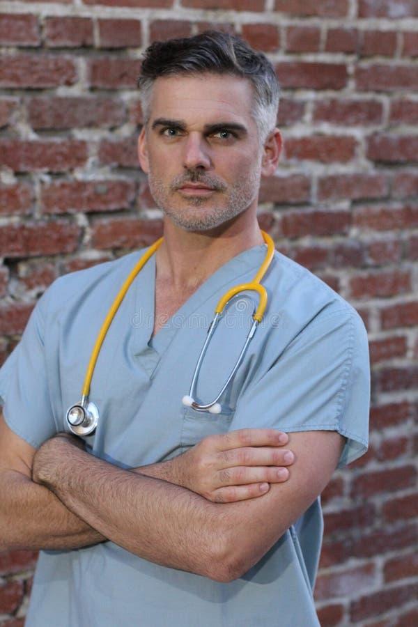被隔绝的成熟英俊的医生画象 图库摄影