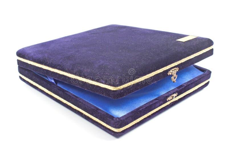 被隔绝的葡萄酒蓝色长毛绒首饰礼物盒 免版税库存照片